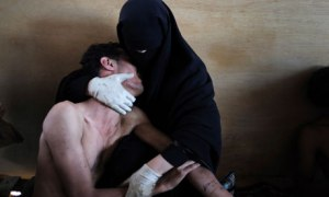 Samuel Aranda's award-winning photograph of a Yemeni mother cradling her injured son