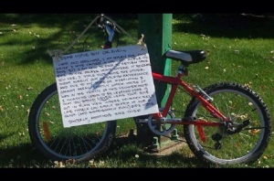 An anonymous thief placed a note on a children's bike they stole on Canada Day in an attempt to return the bike with its rightful owner. (Photo: Facebook)