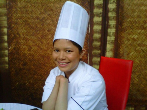 Chef Maricel Apatan. What many people can't and won't do with both hands, she does with none. What's your excuse?  (Twitter by Ivan Mayina)